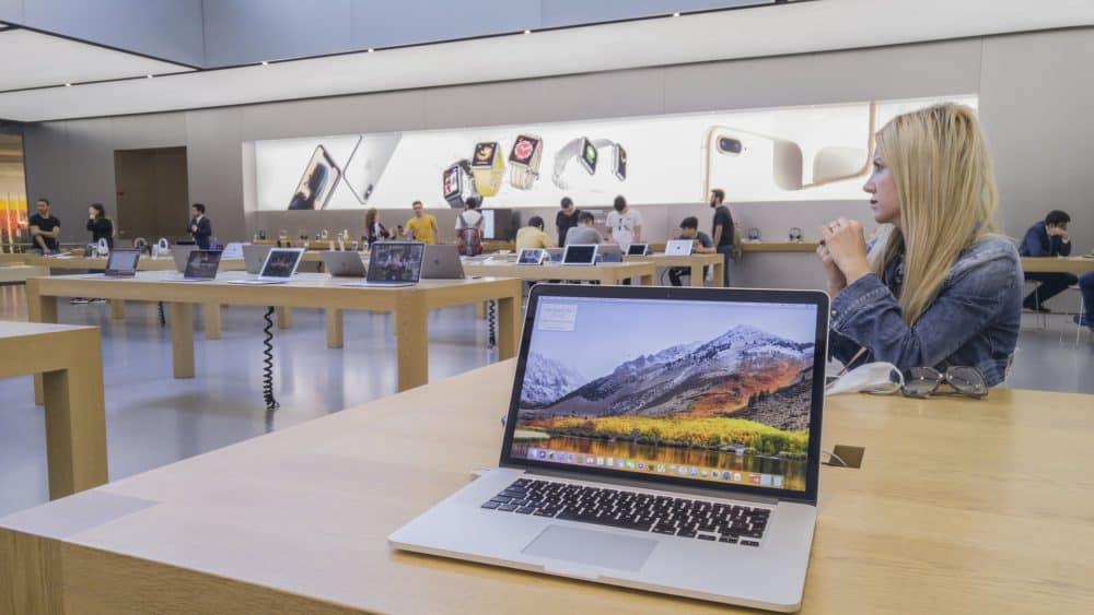Macbook in Instanbul Apple store